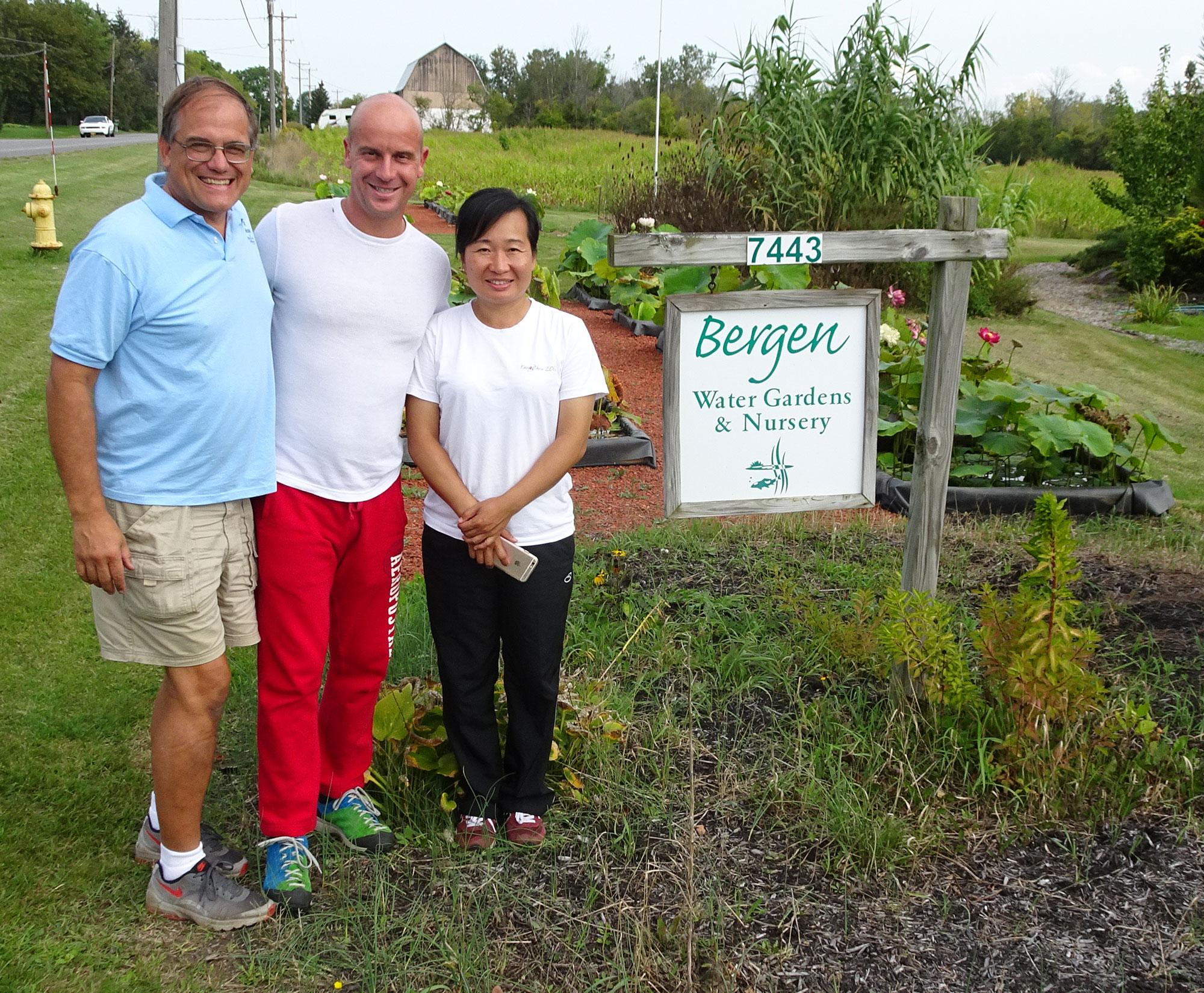 Gianluca, Larry Nau e Lily all'ingresso di Bergen Watergardens