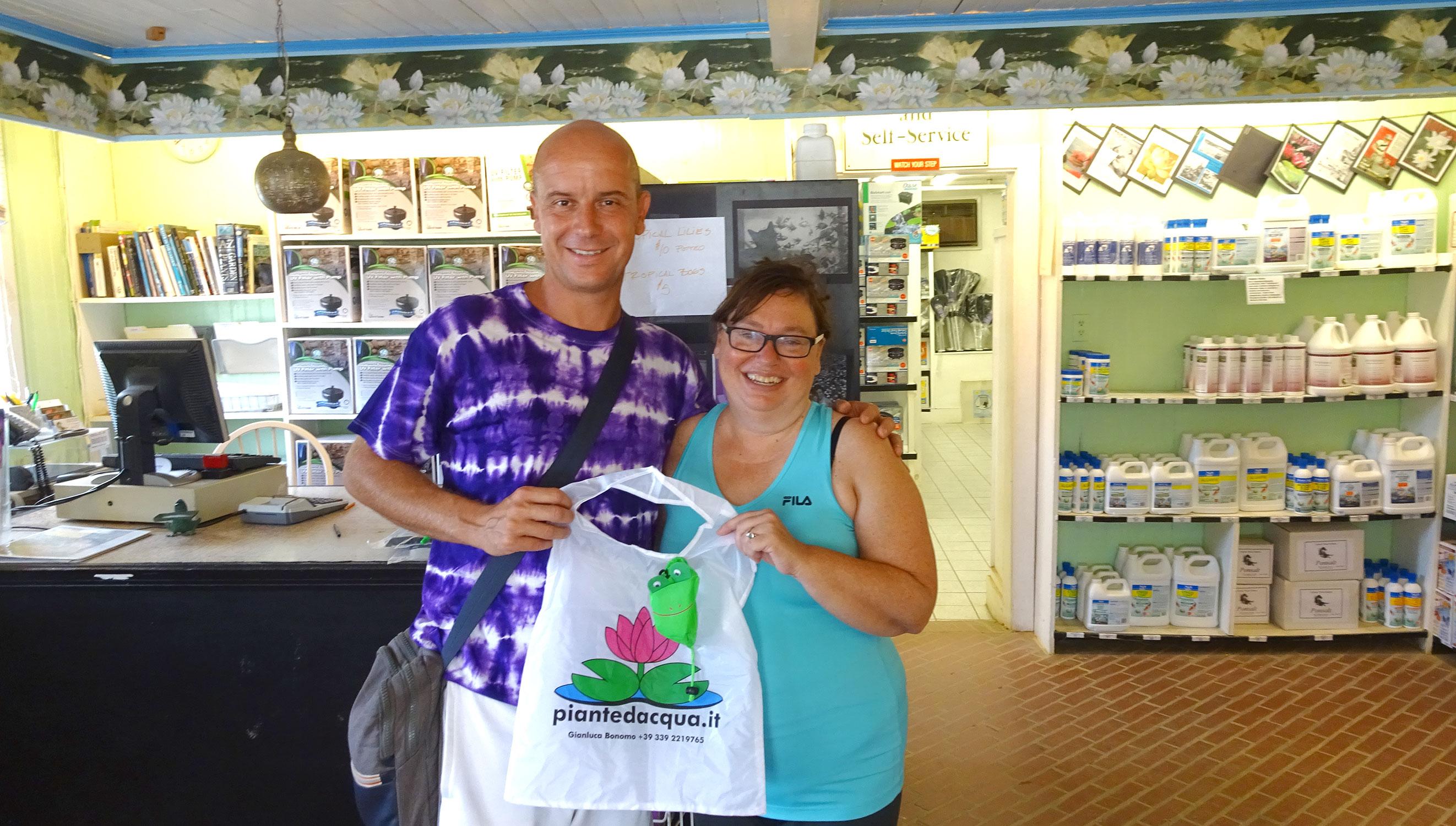 Gianluca e Margaret al negozio di Lilypons Water Gardens